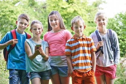 Jugendliche und Kinder mit Kinderhandys und Smartphones für Kinder